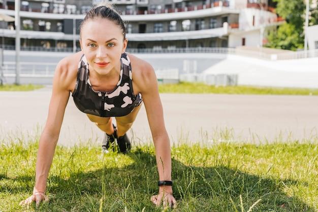Vooraanzicht van vrouw die opdrukoefeningen doet Gratis Foto