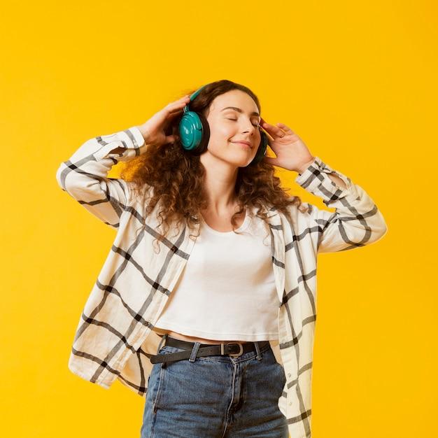 Vooraanzicht van vrouw luisteren muziek Gratis Foto