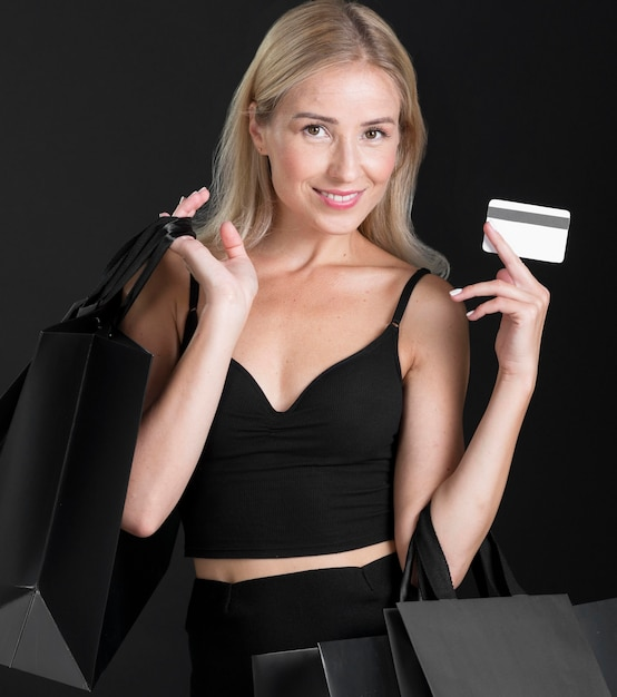 Vooraanzicht van vrouw met boodschappentas concept Gratis Foto