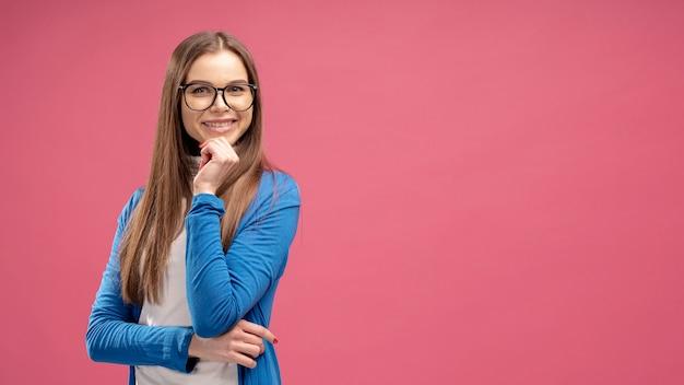 Vooraanzicht van vrouw met glazen die met exemplaarruimte stellen Gratis Foto
