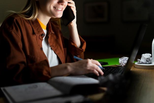 Vooraanzicht van vrouw praten aan de telefoon Gratis Foto