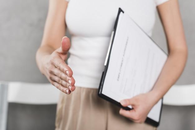 Vooraanzicht van vrouw van personeel die hand schudden vóór gesprek Premium Foto