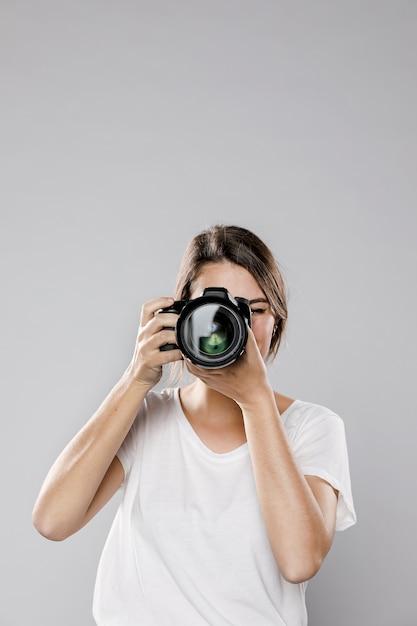 Vooraanzicht van vrouwelijke fotograaf met exemplaarruimte Premium Foto