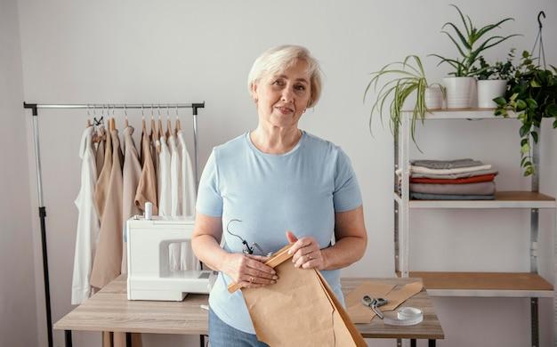 Vooraanzicht van vrouwelijke naaister in de studio Gratis Foto