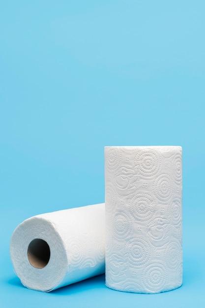 Vooraanzicht van wc-papier rollen met kopie ruimte Gratis Foto