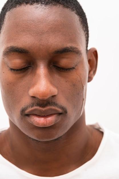 Vooraanzicht van zwarte man huilen Gratis Foto