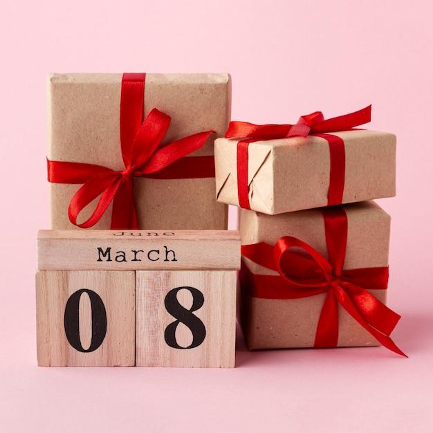 Vooraanzicht verpakte geschenken met 8 maart letters Gratis Foto