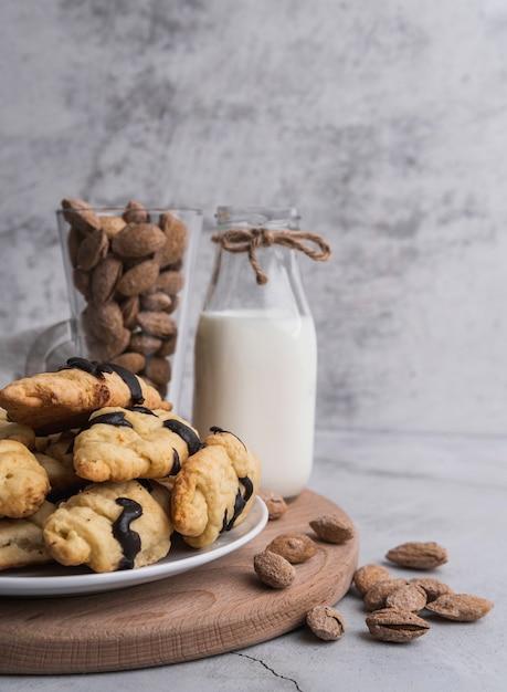 Vooraanzicht verse croissants met melk Gratis Foto