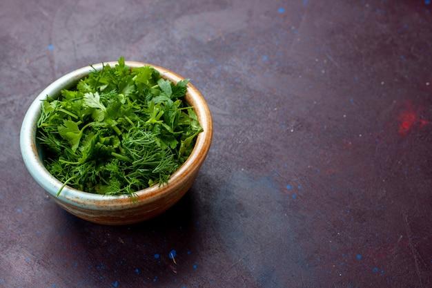 Vooraanzicht verse greens in ronde kom op donkere tafel, groene verse groente Gratis Foto