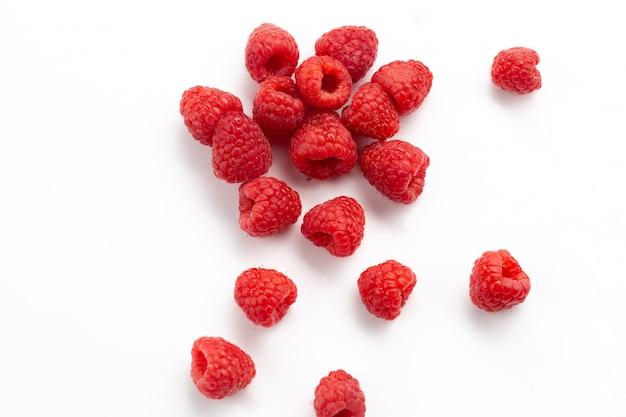 Vooraanzicht verse rode frambozen zacht en zuur op wit Gratis Foto