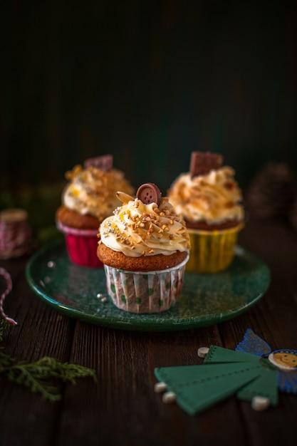 Vooraanzicht versierd cupcakes met kerst ornamenten Gratis Foto