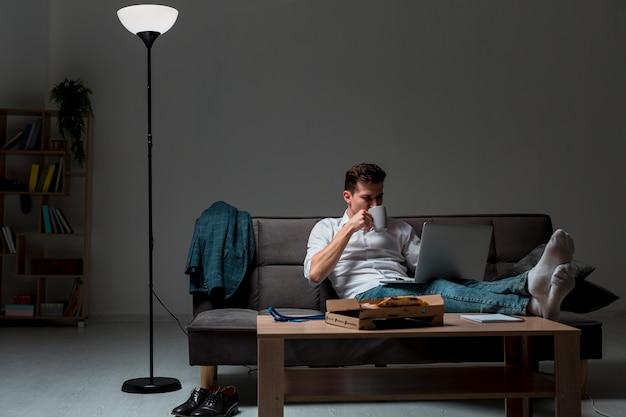 Vooraanzicht volwassen mannetje dat een onderbreking van het werk neemt Gratis Foto