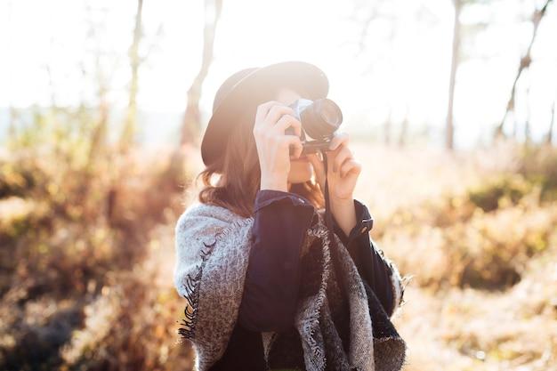 Vooraanzicht vrouw die een foto neemt Gratis Foto