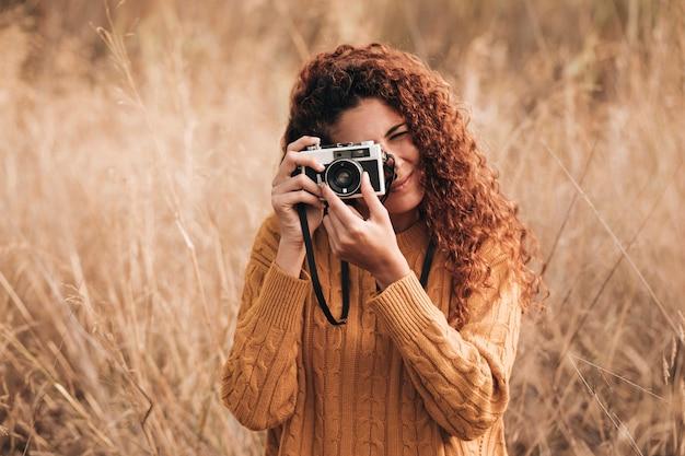 Vooraanzicht vrouw fotograferen Gratis Foto