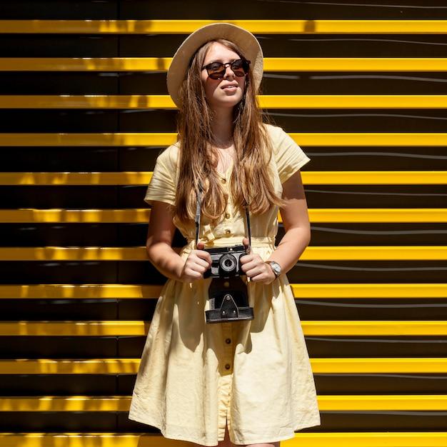 Vooraanzicht vrouw met camera Gratis Foto
