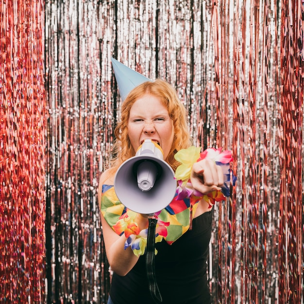 Vooraanzicht vrouw met megafoon op carnaval feest Gratis Foto