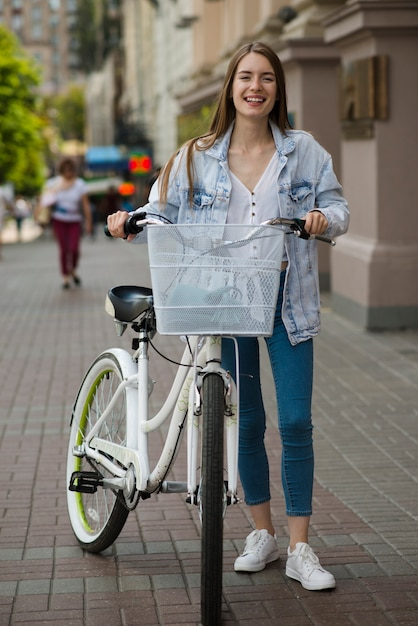 Vooraanzicht vrouw poseren met fiets Gratis Foto