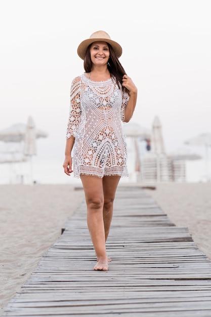 Vooraanzicht vrouw poseren op strand Gratis Foto