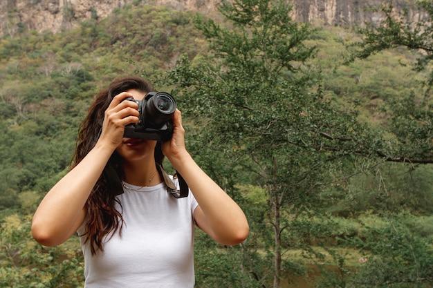 Vooraanzicht vrouwelijke reiziger die foto's neemt Gratis Foto