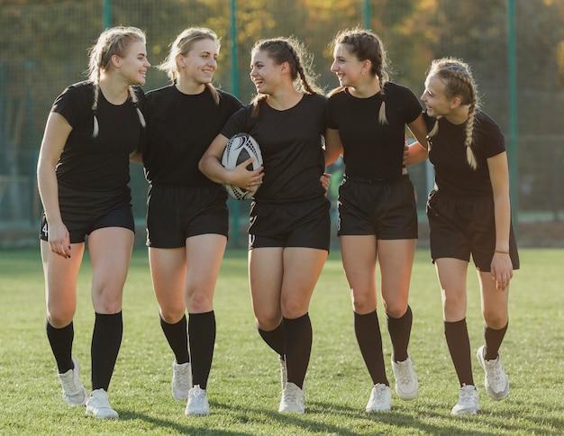 Vooraanzicht vrouwelijke rugbyspelers die elkaar bekijken Gratis Foto
