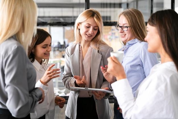 Vooraanzicht vrouwelijke vergadering op het werkmodel Gratis Foto