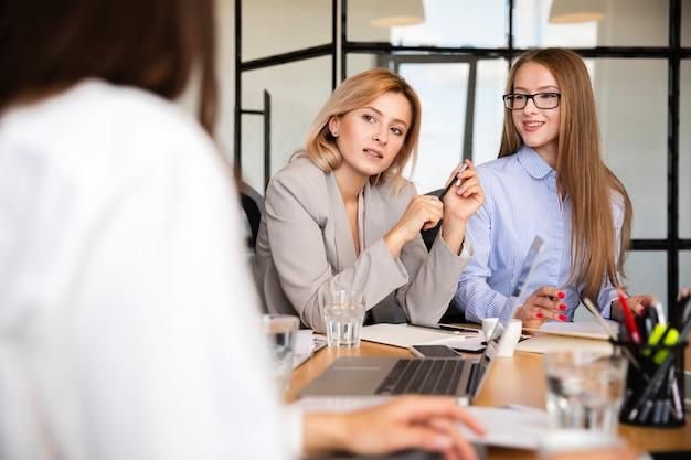 Vooraanzicht vrouwen op werk vergadering Gratis Foto