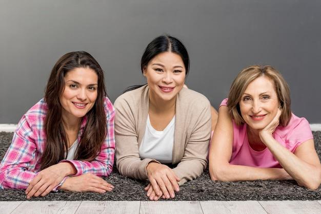 Vooraanzicht vrouwen zittend op de vloer Gratis Foto