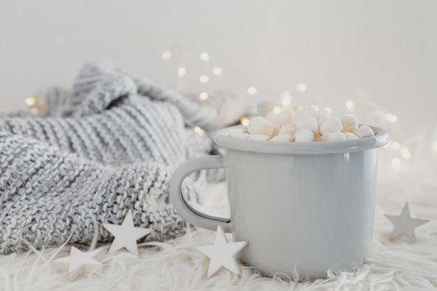 Vooraanzicht warme chocolademelk met marshmallows en pullover Gratis Foto