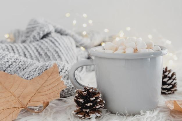Vooraanzicht warme chocolademelk met marshmallows en wollen deken Gratis Foto