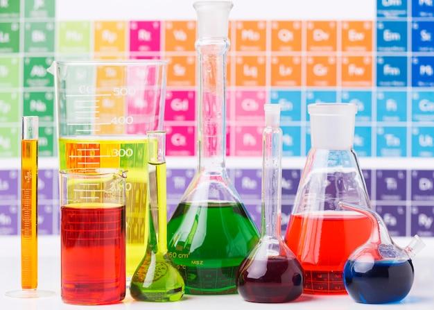 Vooraanzicht wetenschappelijke elementen met assortiment chemicaliën Gratis Foto