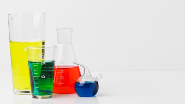 Vooraanzicht wetenschappelijke elementen met chemicaliënassortiment met kopie ruimte Gratis Foto