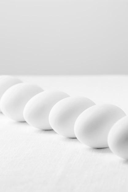 Vooraanzicht witte verse eieren op tafel Gratis Foto