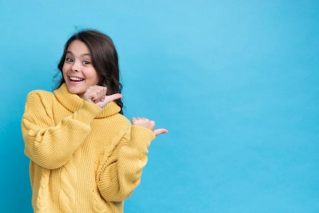 Vooraanzicht wmiley meisje dat exemplaar-ruimte richt Gratis Foto