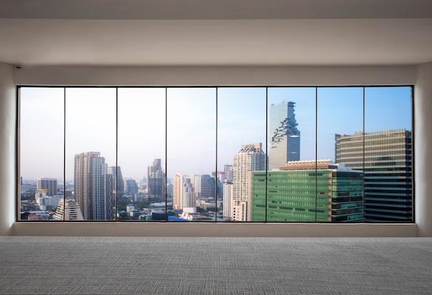 Vooraanzicht wolkenkrabber modern interieur met uitzicht op de stad van leeg kantoor Premium Foto