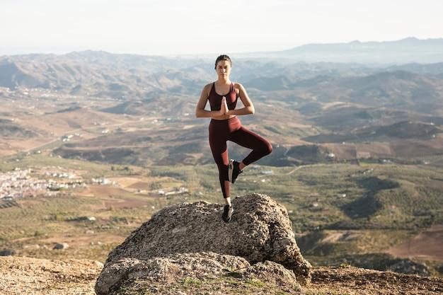 Vooraanzicht yoga pose met extreme balans Gratis Foto