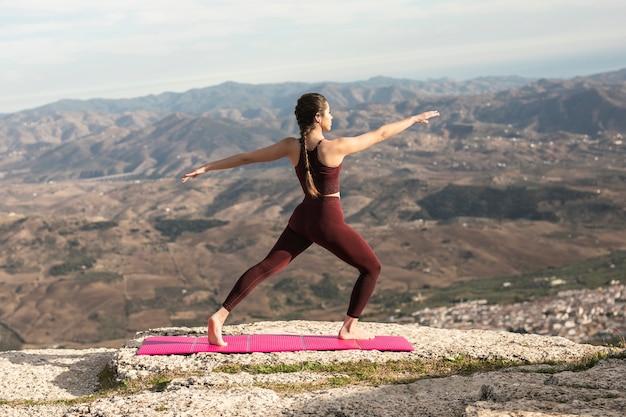 Vooraanzicht yoga praktijk buiten Gratis Foto