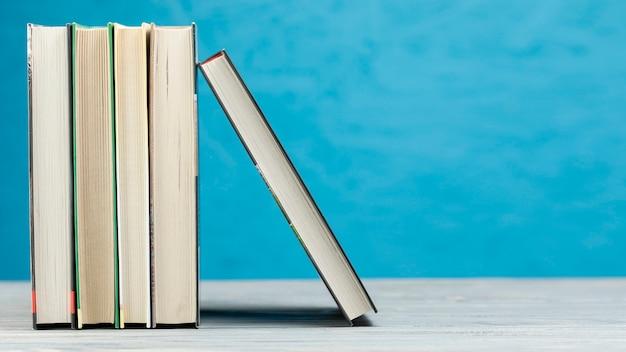 Vooraanzichtboeken met blauwe achtergrond Gratis Foto