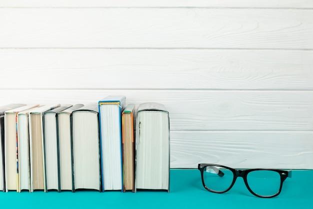Vooraanzichtboeken met glazen Gratis Foto