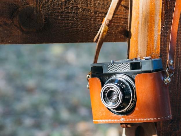 Vooraanzichtcamera in dekking op schouder Gratis Foto
