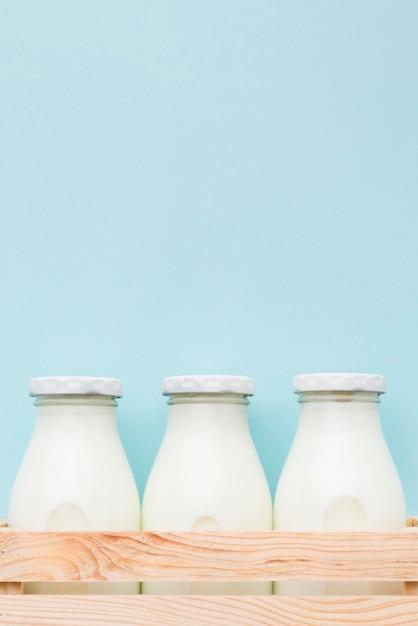 Vooraanzichtflessen verse melk met exemplaarruimte Gratis Foto