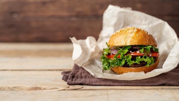 Vooraanzichthamburger met houten achtergrond Gratis Foto