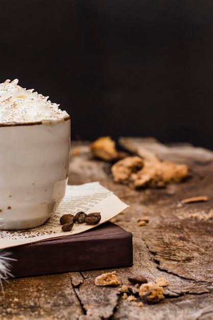 Vooraanzichtkoffie met melk en slagroom met koekje Premium Foto