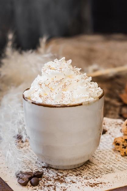 Vooraanzichtkoffie met melk en slagroom Premium Foto