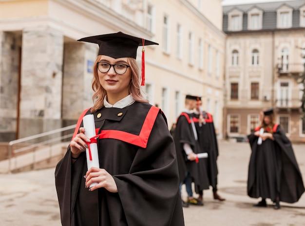 Vooraanzichtmeisje met diploma Premium Foto