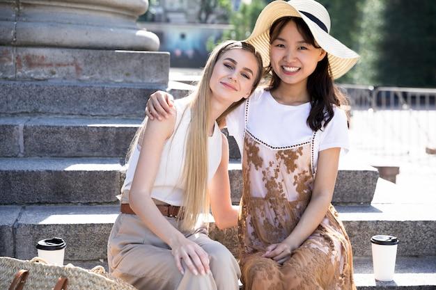 Vooraanzichtmeisjes die elkaar houden Gratis Foto