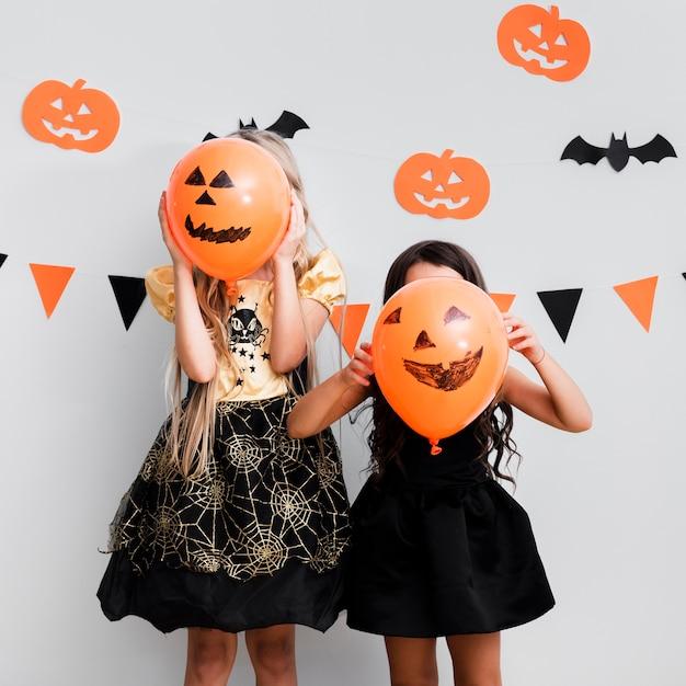 Vooraanzichtmeisjes in heksenkostuum voor halloween Gratis Foto