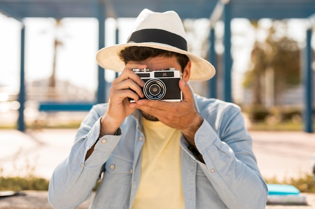 Vooraanzichtmens die foto's neemt Gratis Foto