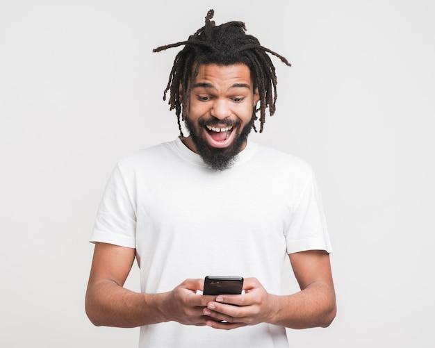 Vooraanzichtmens die op zijn smartphone kijken Premium Foto