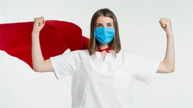 Vooraanzichtvrouw die masker draagt Gratis Foto