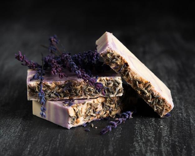 Vooraanzichtzeep gemaakt van lavendel Gratis Foto